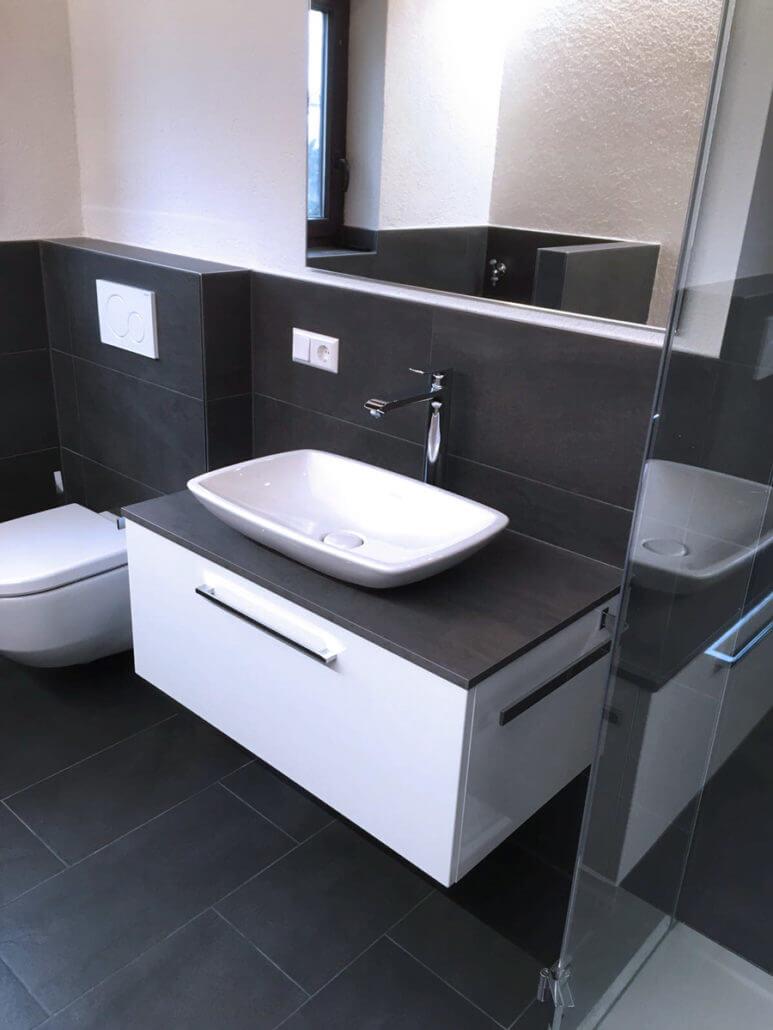 Modernes Badezimmer mit versteckter Waschmaschine. | Sanitärstudio ...