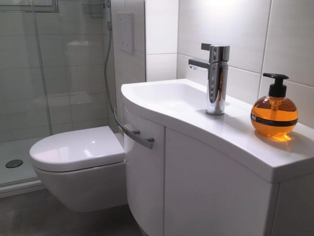 Ein kleines Gäste-WC mit Dusche.   Sanitärstudio Albbruck